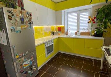 Фото статьи Бело желтая кухня под потолок с интегрированными ручками