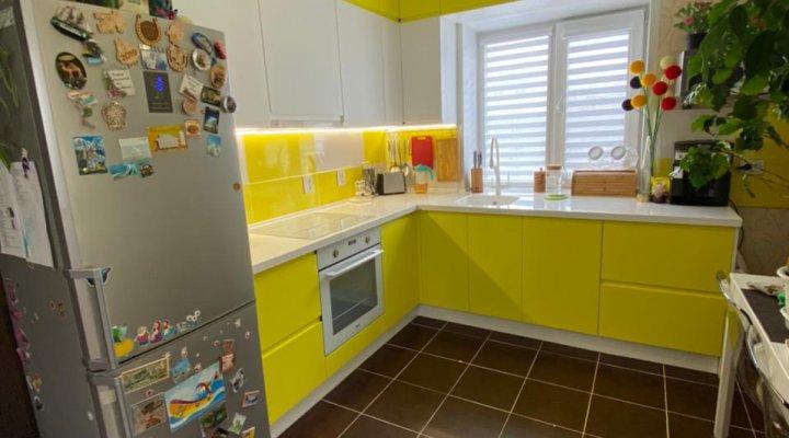 Бело желтая кухня под потолок с интегрированными ручками