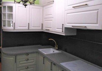Фото статьи Кухня классическая с нестандартными пеналами
