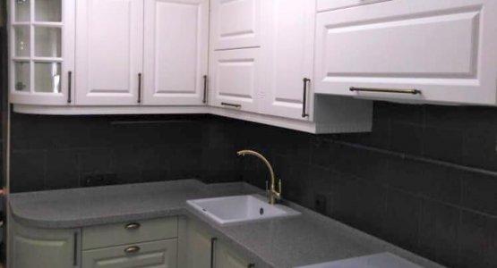 Фото работы Кухня классическая с нестандартными пеналами