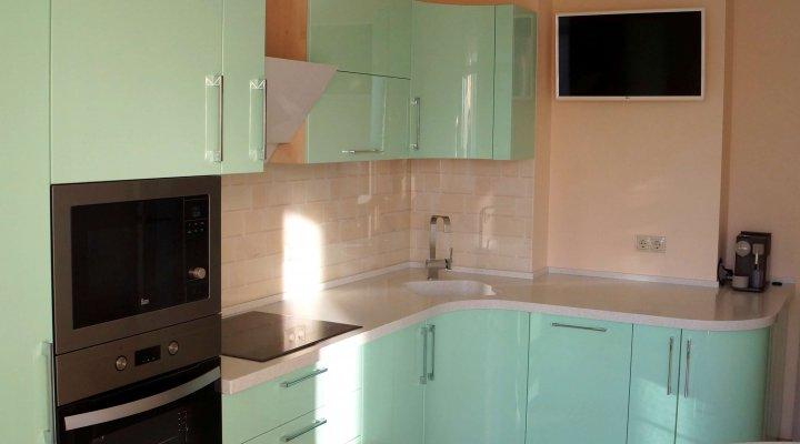 Зелёная «Мятная» кухня с фасадами эмаль глянец