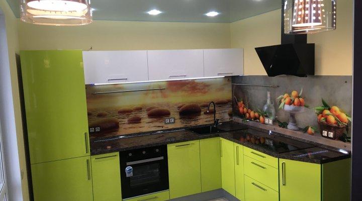 Салатовая угловая кухня — яркий дизайн, реальные фото