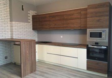 Фото статьи Кухня с фасадами ЛАК высокий глянец и Egger матовое дерево