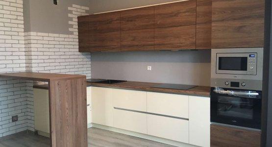 Фото работы Кухня с фасадами ЛАК высокий глянец и Egger матовое дерево