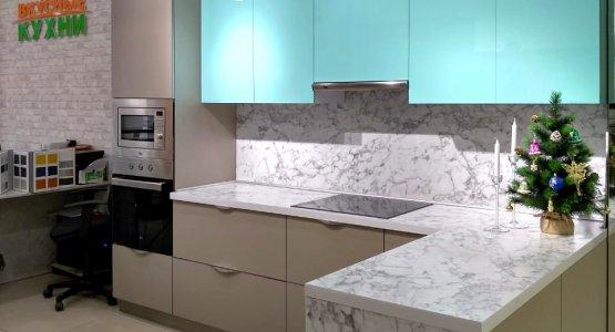 Фото работы Кухня с фасадами Пластик с эффектом «стекло» и «антипальцы»