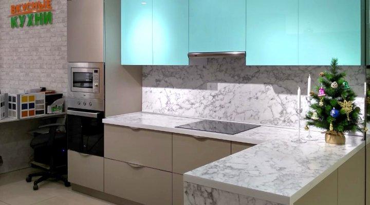 Кухня с фасадами Пластик с эффектом «стекло» и «антипальцы»