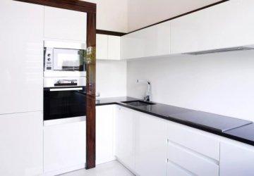 Фото статьи Кухня классическая с нестандартными пеналами — cоветы по выбору