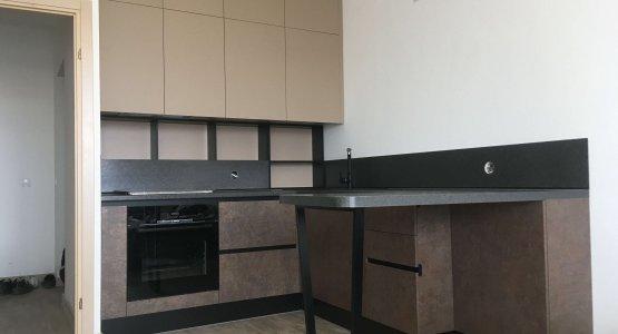 Фото работы Кухня с барной стойкой и открытыми полками на рабочей зоне