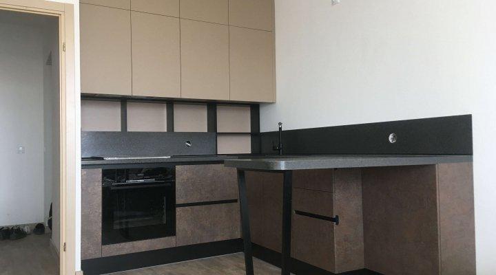 Кухня с барной стойкой и открытыми полками на рабочей зоне