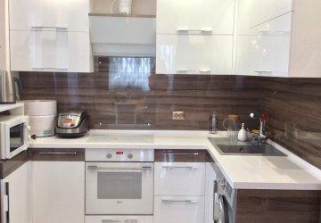 Фото статьи Кухня с фасадами AGT высокий глянец, дерево «Империал» и белый