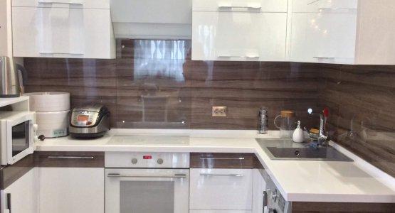 Фото работы Кухня с фасадами AGT высокий глянец, дерево «Империал» и белый
