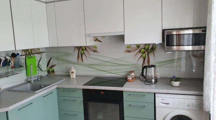 Цветная кухня под потолок с фасадами АГТ