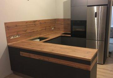 Фото статьи Кухня серая без верхних шкафов со столешницей под дерево