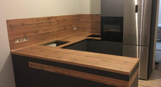 Фото работы Кухня серая без верхних шкафов со столешницей под дерево