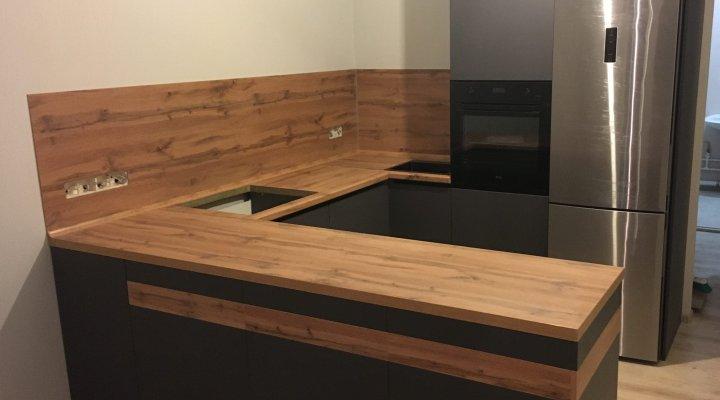 Кухня серая без верхних шкафов со столешницей под дерево