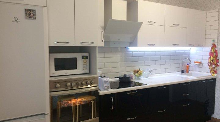 Кухня черно — белая с фасадами пластик