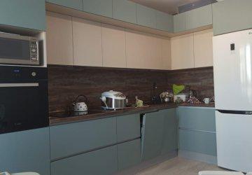 Фото статьи Кухня под потолок с модными зелеными «пудрового оттенка» фасадами
