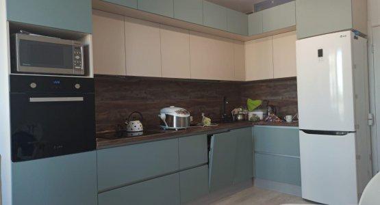 Фото работы Кухня под потолок с модными зелеными «пудрового оттенка» фасадами