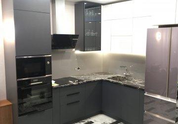 Фото статьи Кухня под потолок серая — глянцевый верх, матовый низ