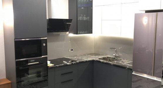 Фото работы Кухня под потолок серая — глянцевый верх, матовый низ