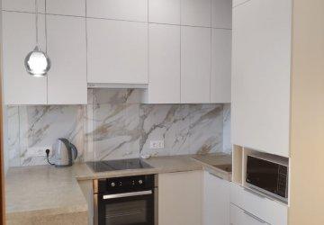 Фото статьи Светлая матовая кухня под потолок с пеналами и барной стойкой