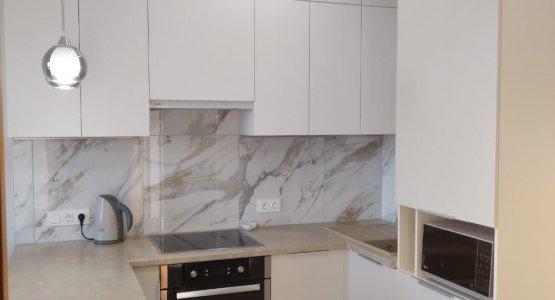 Фото работы Светлая матовая кухня под потолок с пеналами и барной стойкой