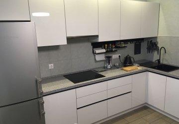 Кухня с фасадами белый Акрил и черными профильными ручками фото