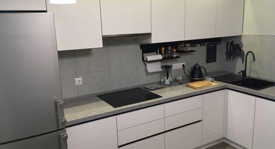 Фото работы Кухня с фасадами белый Акрил и черными профильными ручками