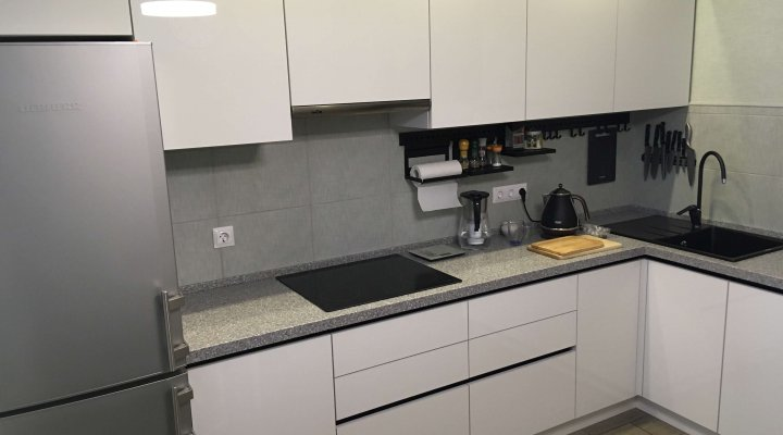 Кухня с фасадами белый Акрил и черными профильными ручками
