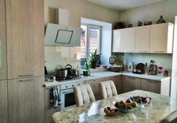 Фото статьи Современная кухня с фасадами пластик и столешницей из акрилового камня