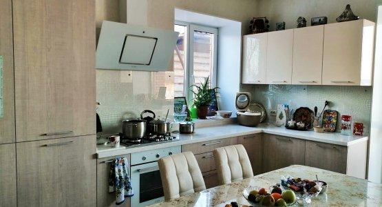 Фото работы Современная кухня с фасадами пластик и столешницей из акрилового камня