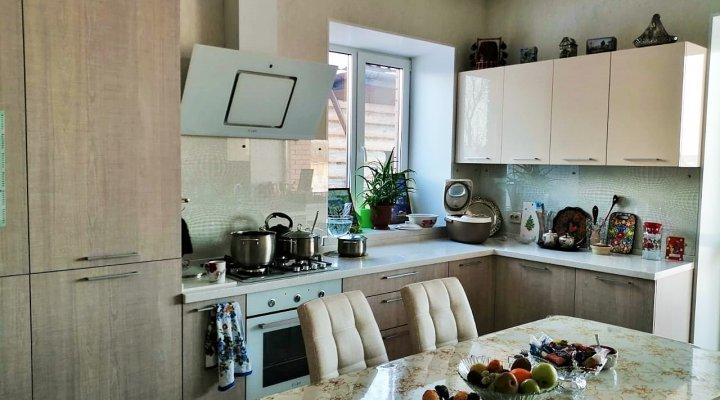 Современная кухня с фасадами пластик и столешницей из акрилового камня