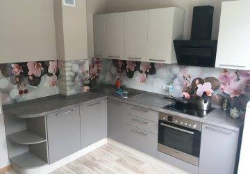 Фото статьи Кофейного цвета кухня со стеновой панелью с орхидеями