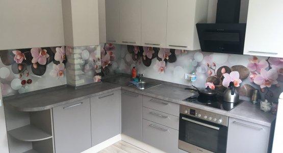 Фото работы Кофейного цвета кухня со стеновой панелью с орхидеями