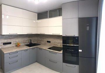 Фото статьи Кухня матовая под потолок c антресолями и пеналом под бытовую технику