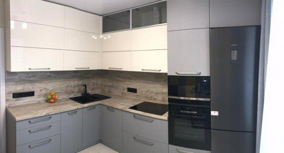 Фото работы Кухня бело серая матовая под потолок c антресолями и пеналом