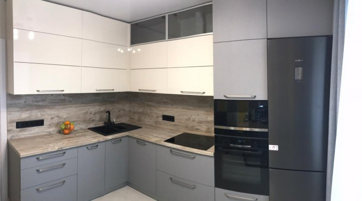 Кухня бело серая матовая под потолок c антресолями и пеналом