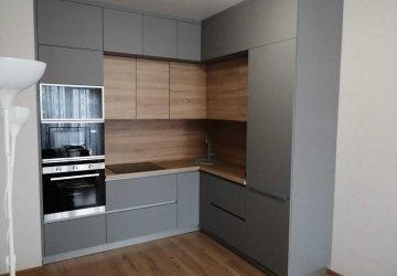Фото статьи Угловая кухня серая с деревом под потолок