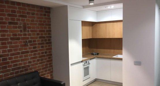 Фото работы Небольшая кухня под потолок с белыми фасадами