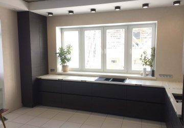 Фото статьи Кухня с фасадами темное дерево с черными профильными ручками