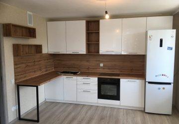 Фото статьи Белая с деревом глянцевая кухня с открытыми полками и барной стойкой