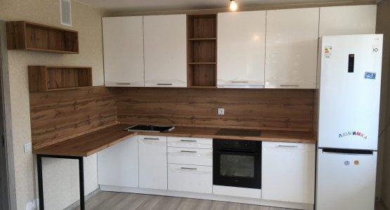 Фото работы Белая с деревом глянцевая кухня с открытыми полками и барной стойкой