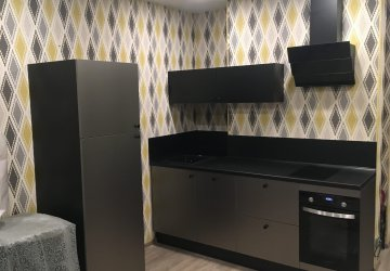 Фото статьи Маленькая черная кухня с фасадами стального цвета