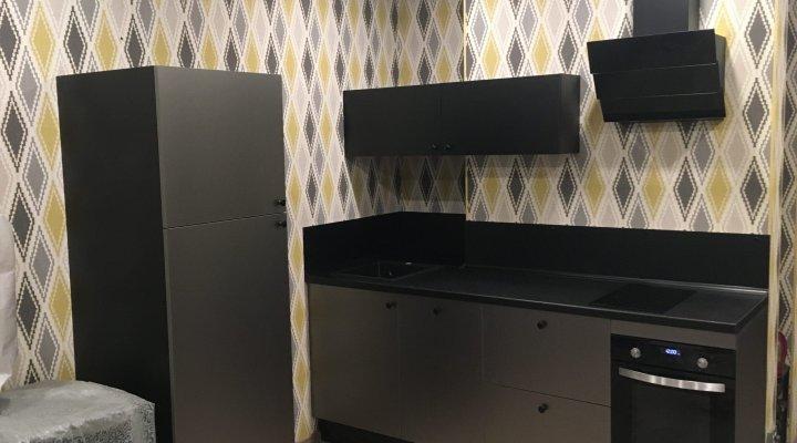 Маленькая черная кухня с фасадами стального цвета