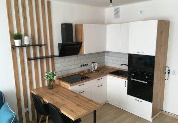Фото статьи Белая кухня с корпусами, декоративными рейками и столешницей под дерево