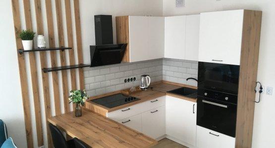 Фото работы Белая кухня с корпусами, декоративными рейками и столешницей под дерево