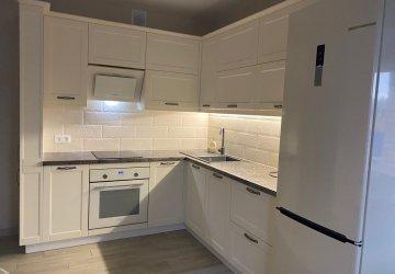 Фото статьи Кухня с белыми стильными фасадами под классику с пеналами