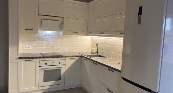 Фото работы Кухня с белыми стильными фасадами под классику с пеналами