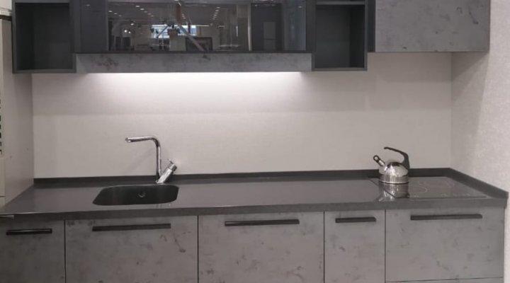 Современная кухня с фасадами под бетон
