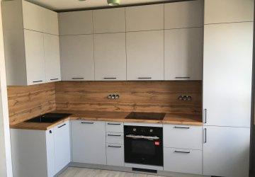 Фото статьи Серая кухня с фасадами ПВХ под потолок с антресолями